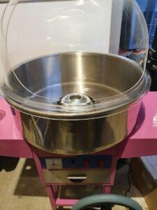 Candyflossmaskine med kuppel på hjul.