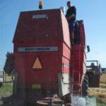 Koelemanden udfoerer service paa mejetaersker i hoest.