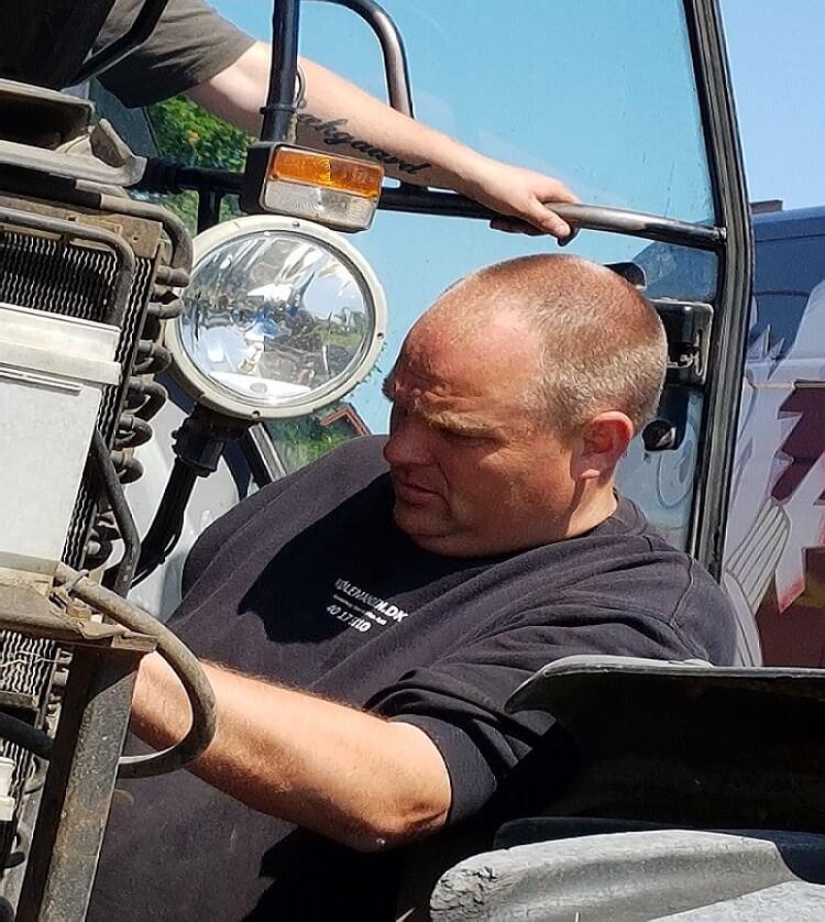 Kølemanden udfører service på en traktor.