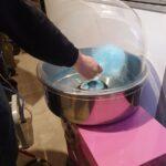 Kølemanden laver blaa candyfloss.