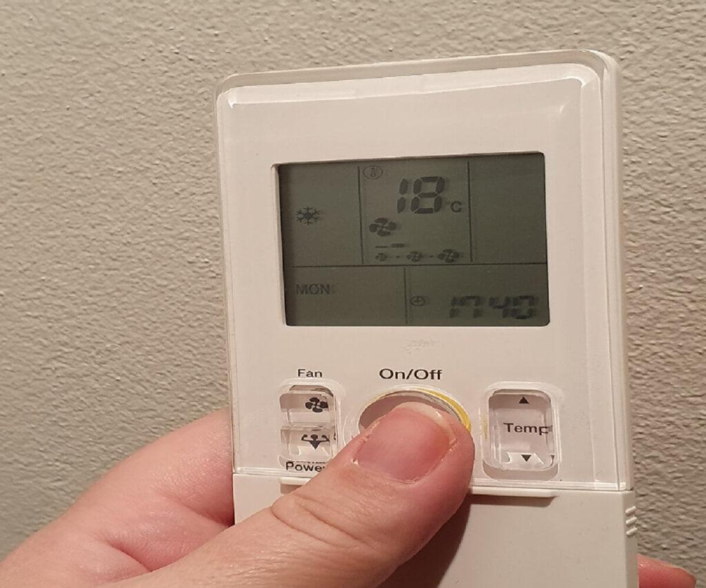 En fjernbetjening til en Daikin varmepumpe - Lovgivning og gode råd fra Koelemanden.
