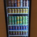 Kølemandens køleskab fyldt med drikkevarer.