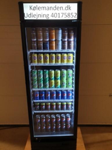 Koelemandens koeleskabe fyldt med drikkevarer.