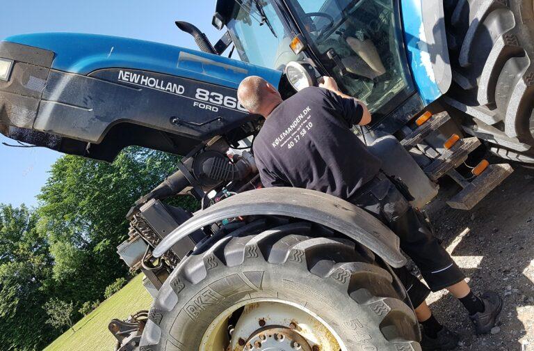 Service på traktor - Et af Koelemandens mange arbejdsomraader
