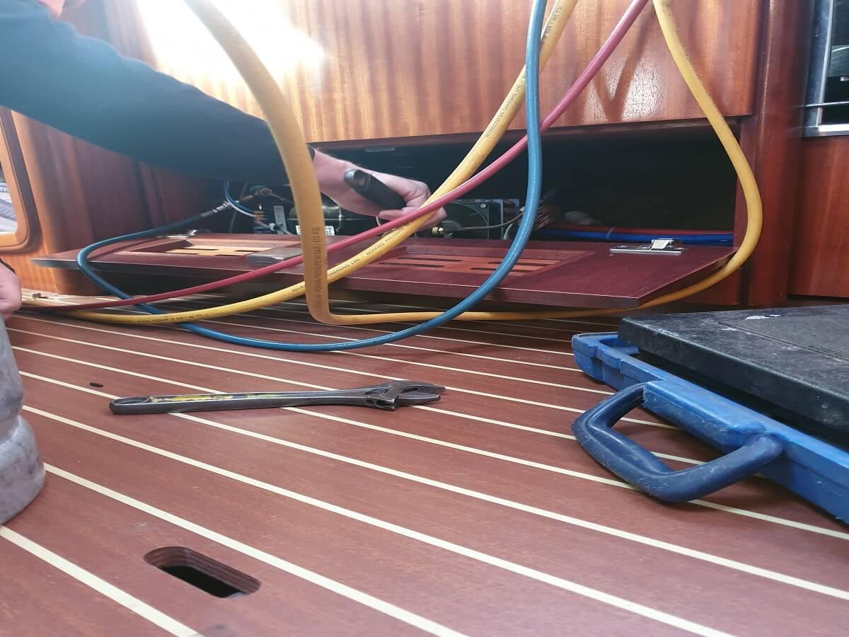 Skibskoeleskab bliver tjekket af Koelemanden