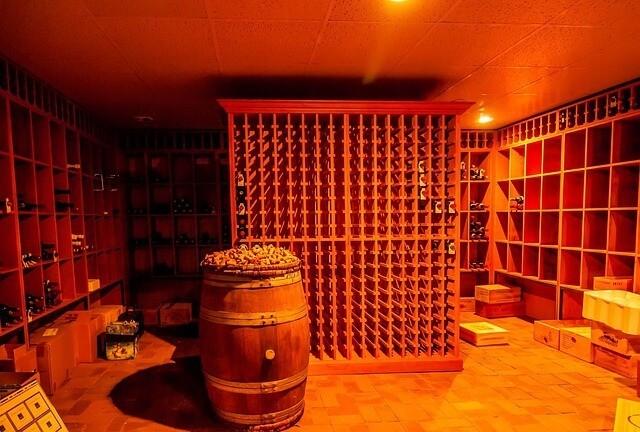 Koeling i vinrum - Et af Koelemandens mange arbejdsomraader.