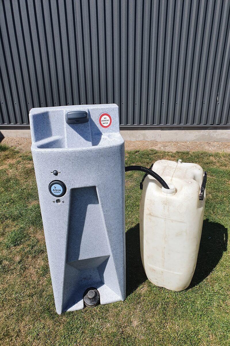 Koelemandens mobile haandvask med spildevandsdunk.