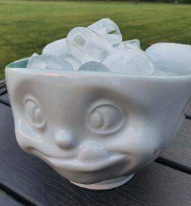 Isterninger produceret med Kølemandens isterningemaskine, som laver alm. is.