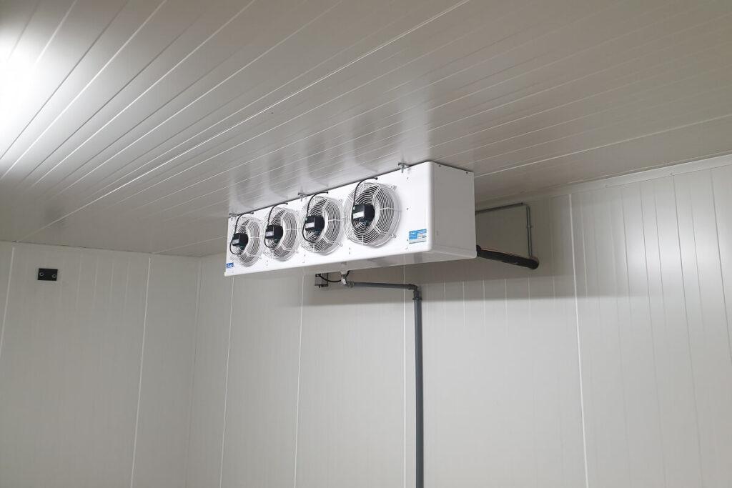 Kig ind til inderdelen i et kølerum monterede af Kølemanden